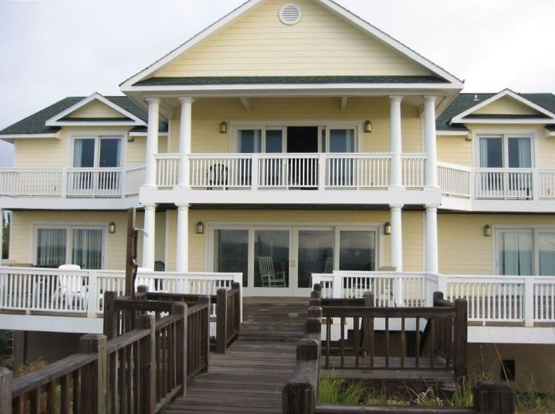 Spectacular Oceanfront Home Pamper yourself in this Luxurious Vacation Getaway, alquiler vacacional en Fripp Island