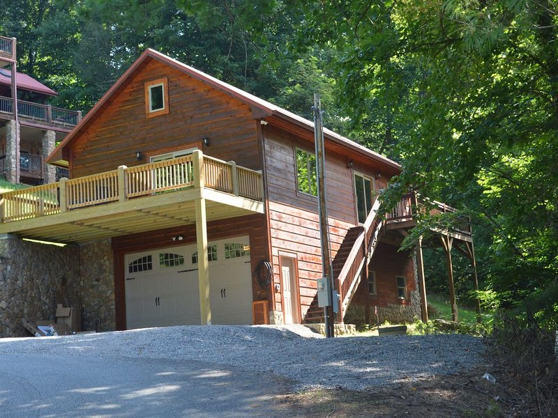 Overlook Watauga Lake, Relaxing in a NEW CABIN, with Boat Slip, HOT TUB, Canoes, alquiler vacacional en Butler