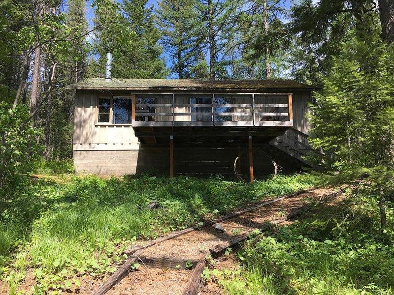 Rustic Lakeside Cabin- 3 miles from Glacier Park- get own beach & dock!, alquiler de vacaciones en Columbia Falls
