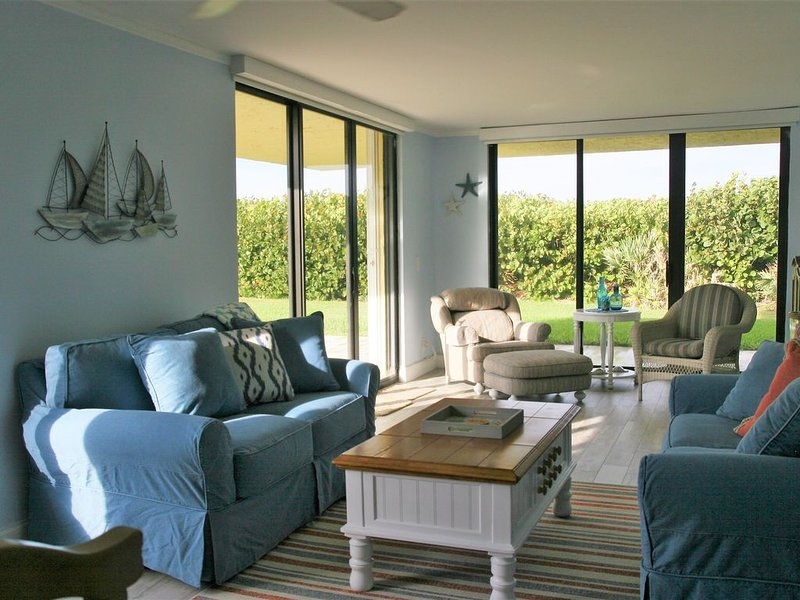Like fishing? Awake to the sound of the waves. You are on the beach!, alquiler vacacional en Jensen Beach