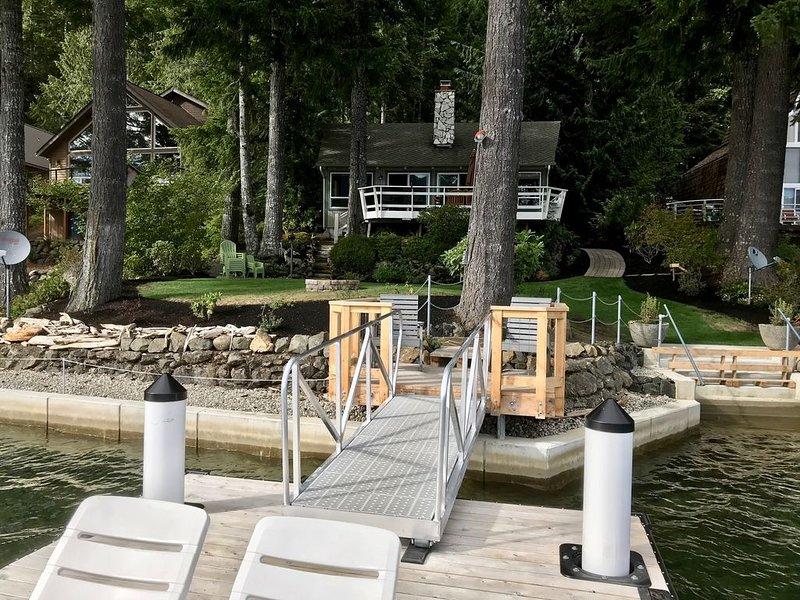Gorgeous No-Bank Waterfront Home on Lake Cushman., alquiler de vacaciones en Lilliwaup