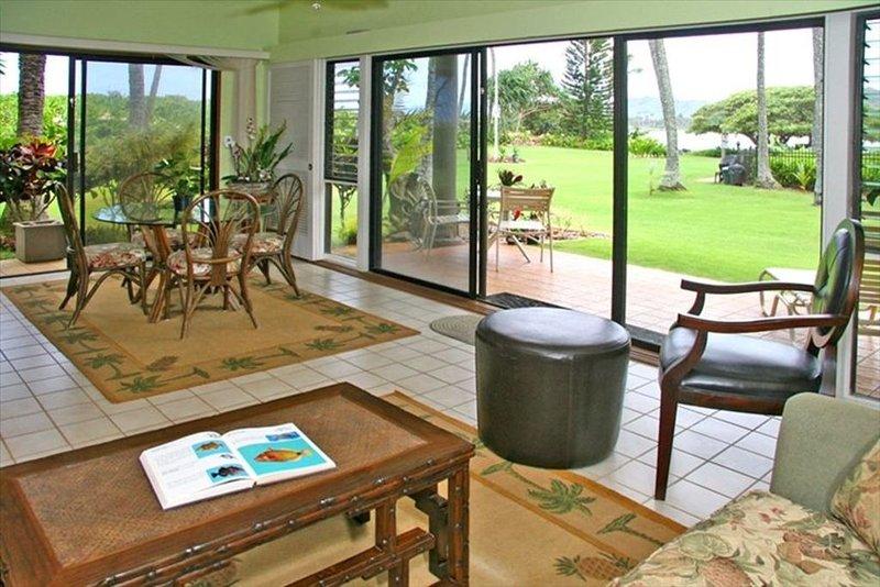Beautiful Oceanfront One Bedroom Condo - Wailua Bay, alquiler de vacaciones en Kapaa