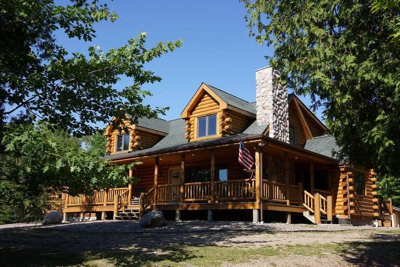 Burns Lake: Year-Round North Woods Lakeside Elegance, vacation rental in Deer River