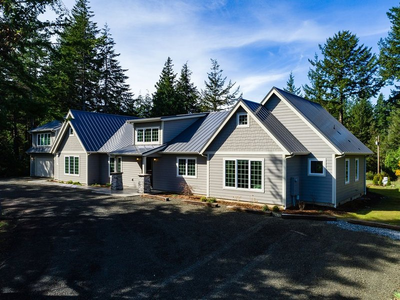 The Bandon Manor is the premier luxury vacation home near Bandon Dunes Resort, holiday rental in North Bend