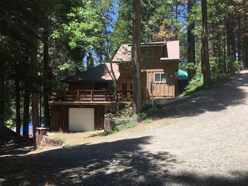 YOSEMITE CABIN IN HISTORIC SUGAR PINE -7 miles to Yosemite So. Entrance HOT TUB!, alquiler de vacaciones en Oakhurst
