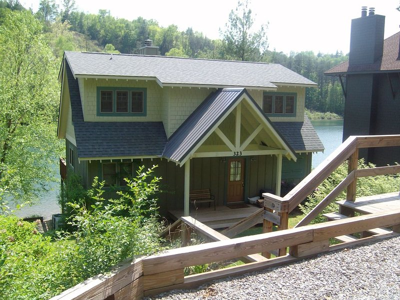 Beautiful Lakefront Home - Steps Away from the Water, alquiler de vacaciones en Robbinsville
