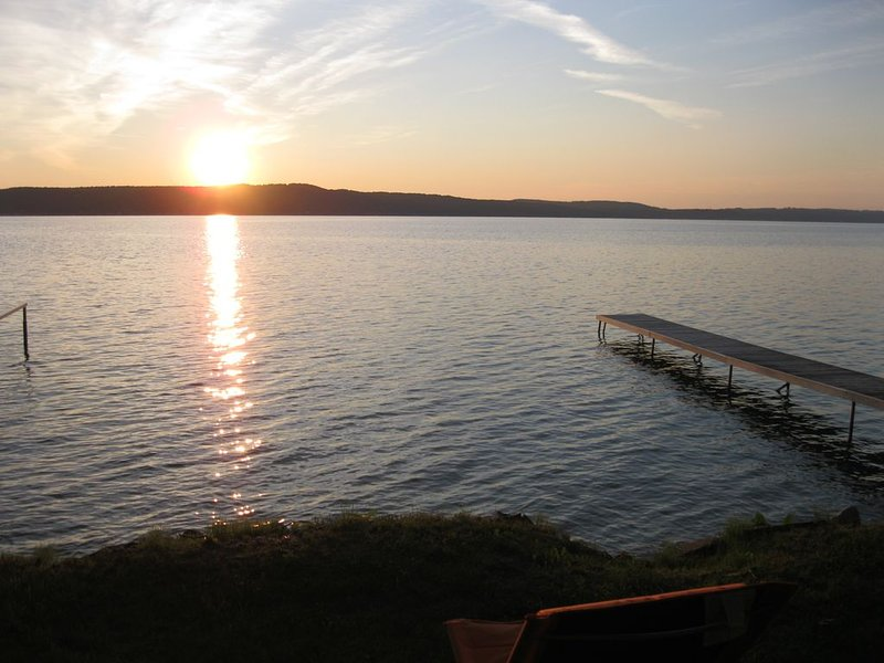 Crystal Lake Retreat -- sits directly on the lake!, alquiler vacacional en Frankfort