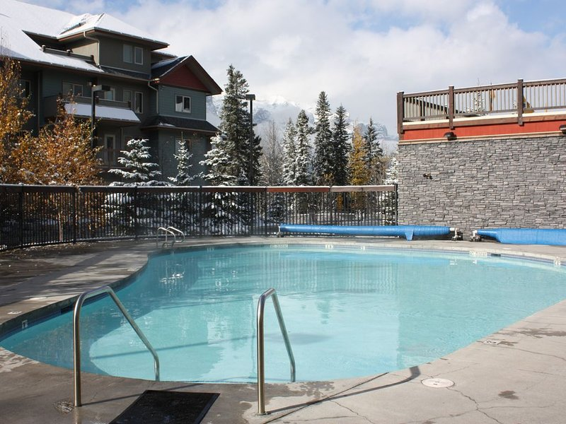 Beautiful Family-Friendly 3 Bedroom Condo with Heated Outdoor Pool, aluguéis de temporada em Canmore
