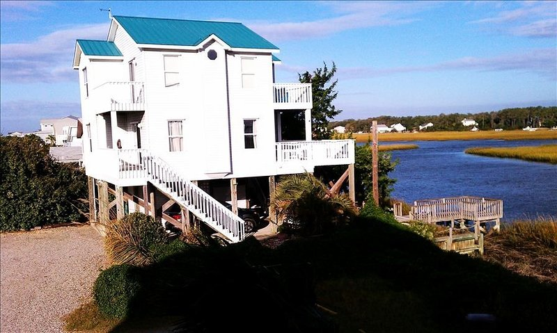 Two Seas- Beautiful Waterfront Beach House on Oak Island, location de vacances à Oak Island