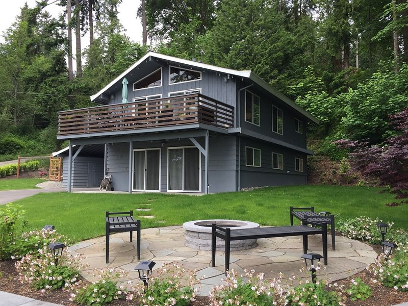 Pleasant Beach Getaway - Freshly Remodeled Home Steps from the Beach, location de vacances à Bainbridge Island