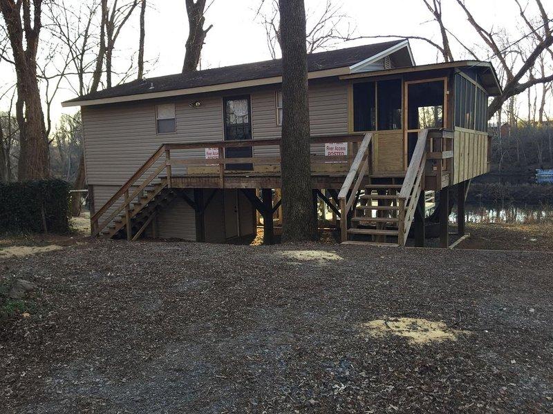 Riverfront Cabin on Exclusive Jon's Pocket!, casa vacanza a Tumbling Shoals