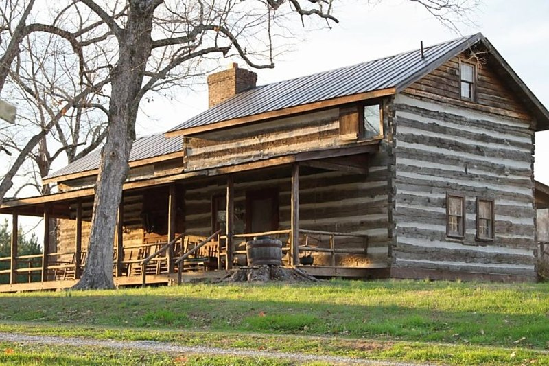 Historic Log Cabin On 90 Acres for Maximum Relaxation, holiday rental in Mebane