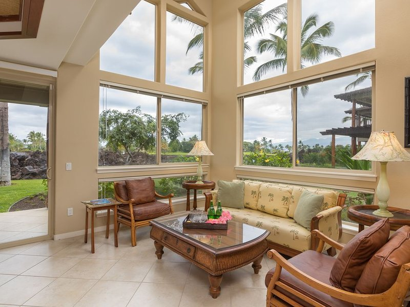 Beautiful 3 Bedroom, 3 Bathroom Condo with Golf Course View, holiday rental in Waimea