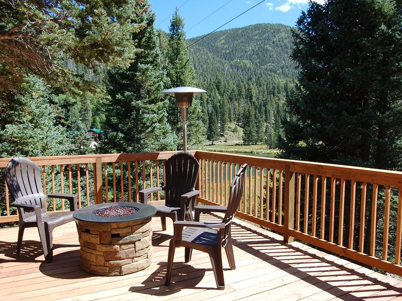 COZY DECK CABIN  :   Peaceful Beauty Nestled In The Mountains, holiday rental in Red River