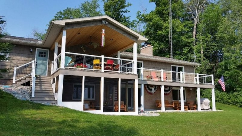 Lake House with 127' Beautiful Lake Frontage, holiday rental in Presque Isle