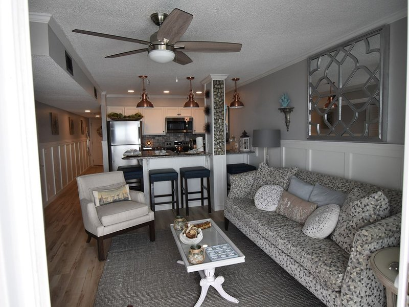 'Truly Charming' Newly Renovated Oceanfront Beach Condo, location de vacances à Surfside Beach
