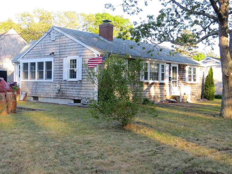 The Comforts of Home with Cape Cod Charm, Walk to Beach! Wi-Fi, holiday rental in South Yarmouth