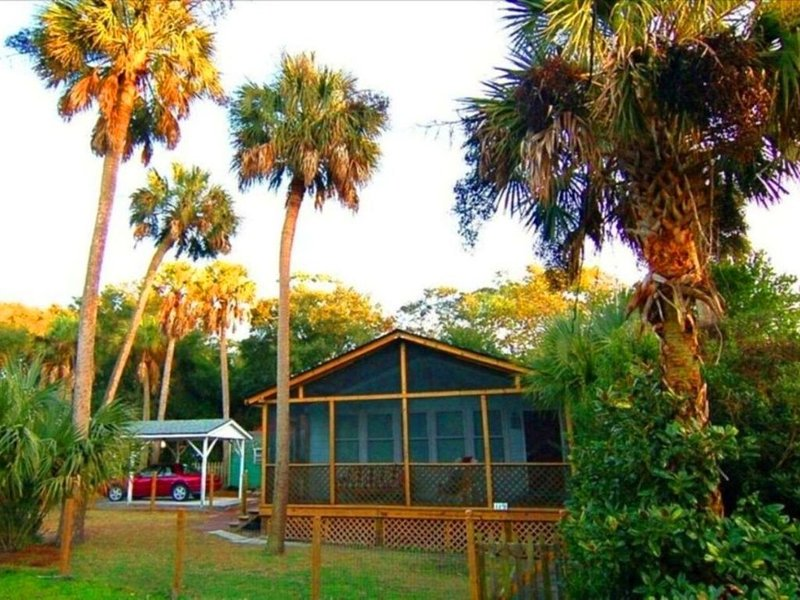 Folly's Best Kept Secret  ~  4 MINUTE WALK TO THE BEACH!  ~  2 bed / 2 bath, location de vacances à Folly Beach