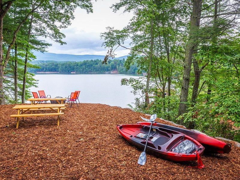 Enjoy Fall at Lake James, Lakefront with Private Dock & kayaks!, holiday rental in Nebo