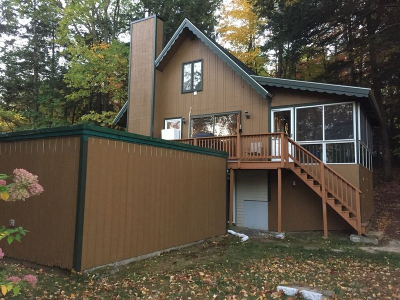 Vacation home 5 minute drive to a gated beach on Lake Winnipesauke and snow ski, vacation rental in Gilford