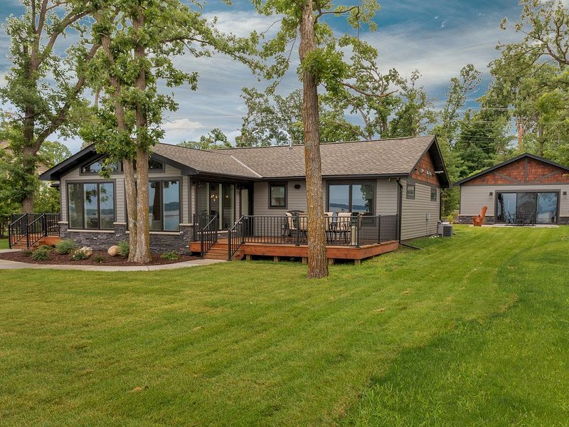 Spectacular New Lakefront Home On Main Gull Lake With Bunkhouse - Sleeps 16, holiday rental in Brainerd