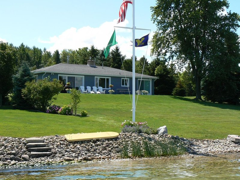 Mullet Lake Cottage in Quiet Neighborhood Adjacent to Aloha State Park, holiday rental in Cheboygan County
