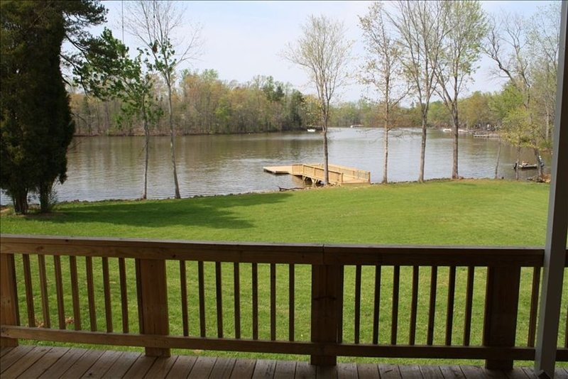 2 BR House with Lake Frontage, Floating Dock, and Boat Launch, vacation rental in Gold Hill