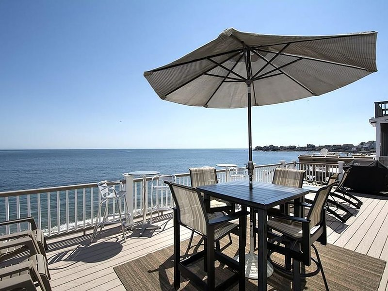 4 BR / 2 Bath beach house. Beachfront. Walking distance to Scituate Harbor!, vacation rental in Hull