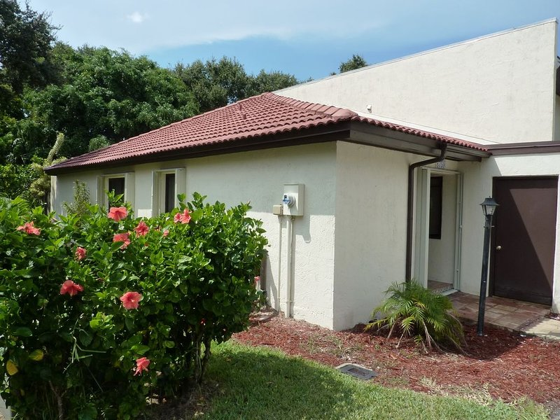 Fully Renovated Modern Beachside 2/2 Gated Community Ocean Woods Florida, Ferienwohnung in Cape Canaveral