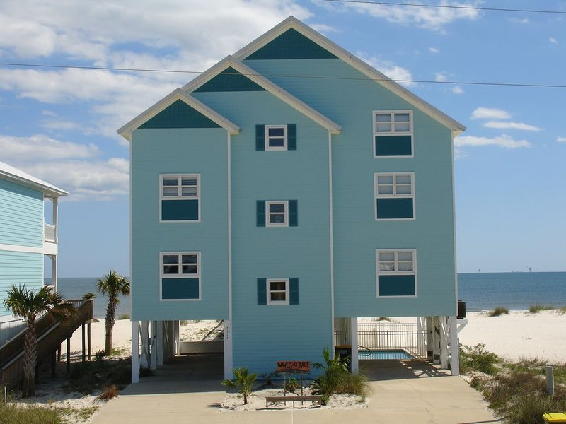 Waves of Grace - Gulf Front House!, alquiler de vacaciones en Fort Morgan