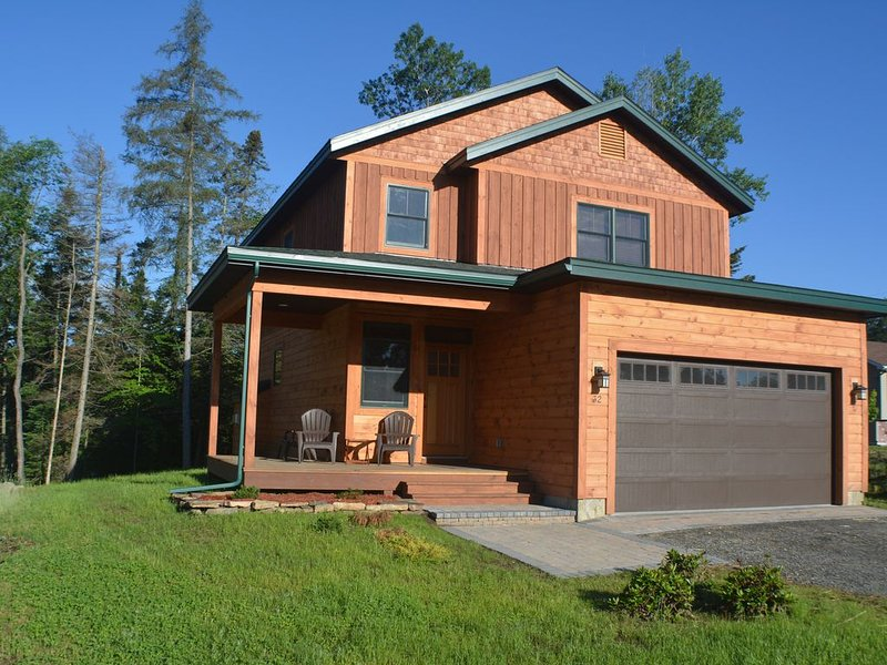 NEW! Adirondack home in Lake Placid Village! 4 Bedrooms, 3.5 Bath, Water view!, alquiler de vacaciones en Lake Placid