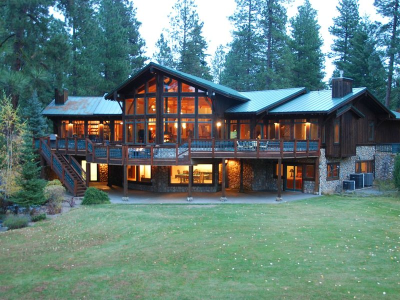Luxury Riverfront Home Bordering Suncadia - Stunning Views - Pool and Hot Tub, holiday rental in South Cle Elum