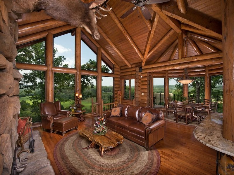 Luxury Log Cabin with custom cliff side hot tub, views of Branson Skyline, holiday rental in Hollister