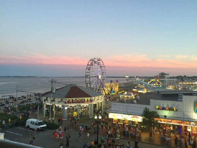 EXCEPTIONAL! LUXURY BEACHFRONT CONDO Best Location! Pier & Palace Playland, location de vacances à Old Orchard Beach