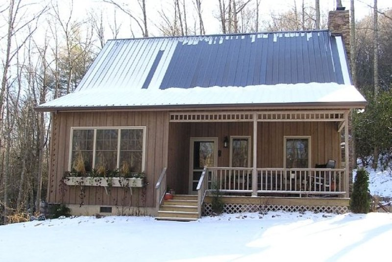 Valle Crucis - Wooded privacy yet 3 miles from Mast Gen Store - see our reviews!, holiday rental in Sugar Grove