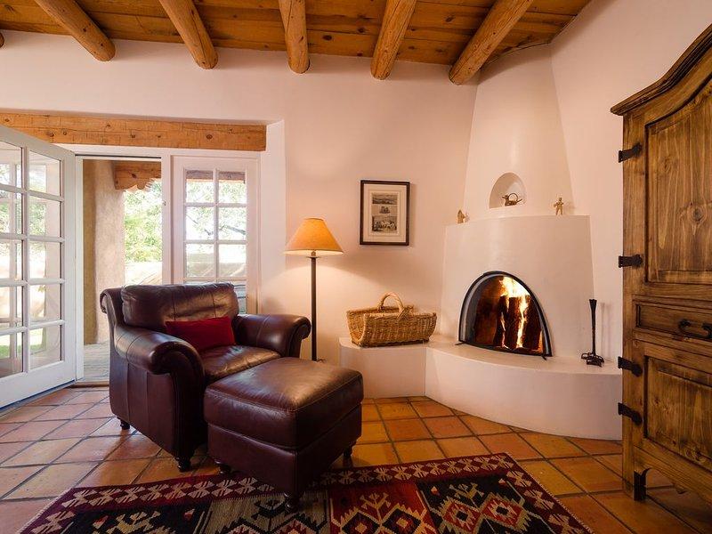 Two Bedroom, Three Bathroom, Elegant Adobe Home. Walk To Plaza!, alquiler de vacaciones en Sierra County