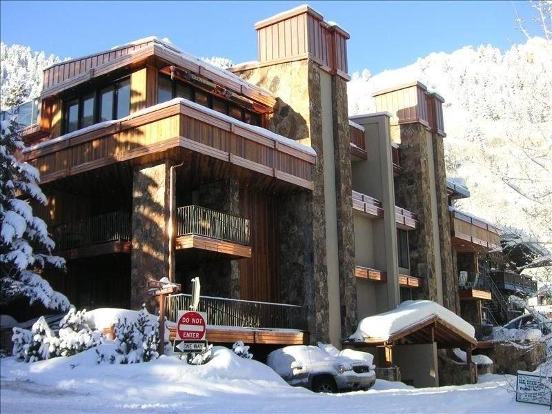 Ski up to the Front Door of Aspen's Cascade West!, holiday rental in Aspen