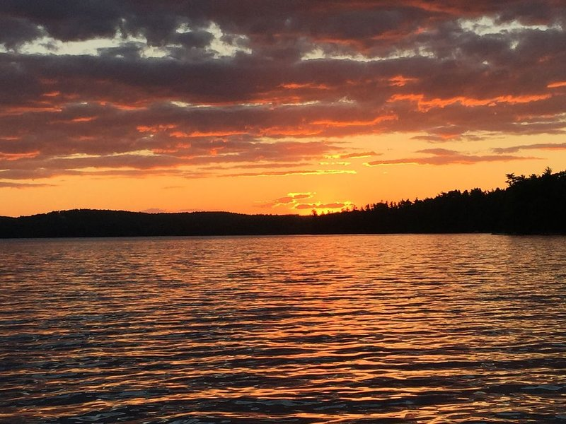Lakefront, sunsets, serenity in charming home on Panther Pond, vacation rental in Raymond