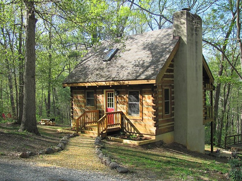 Falling Leaf Cabin Secluded With Mountain View!, holiday rental in Bentonville