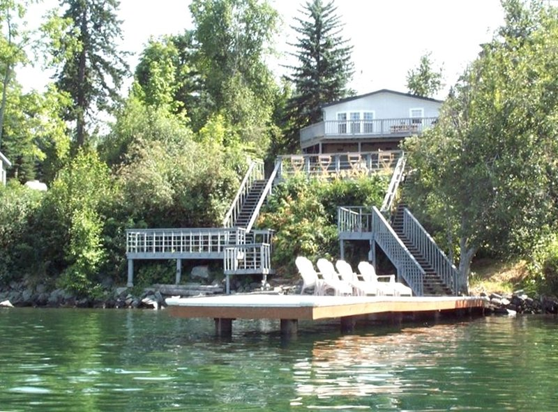 Waterfront Lighthouse Villa Great Location 5 Min to Sandpoint, vacation rental in Sagle