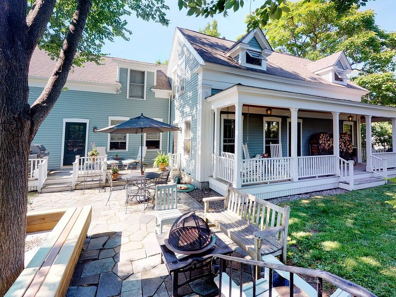 Spacious, dog-friendly home - walk to restaurants, holiday rental in Kennebunk