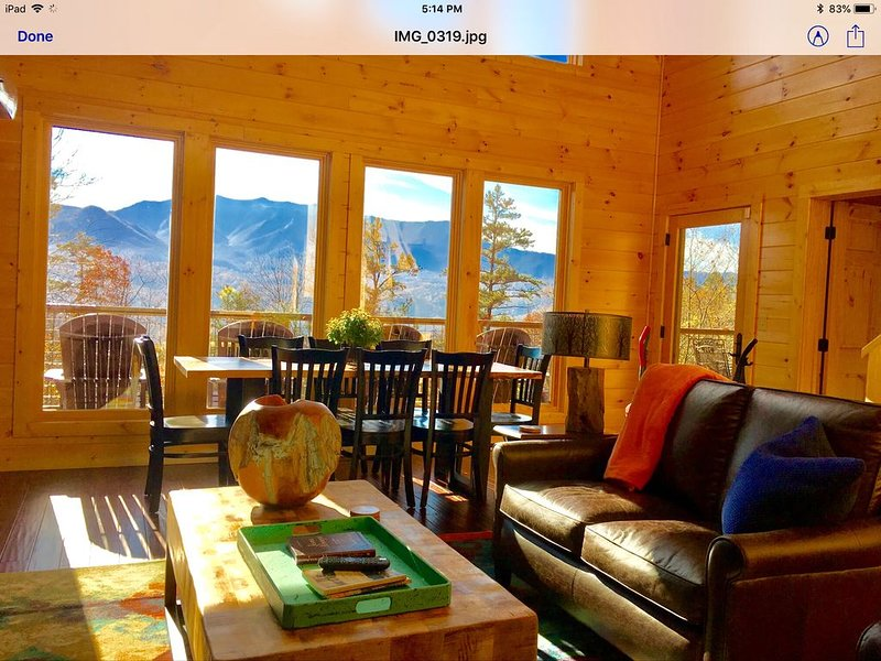 New Private luxury cabin,  3 King suites, stunning views. Sleeps 10 comfortably, vacation rental in Gatlinburg