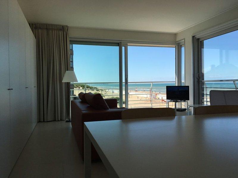Zonnig,modern hoek appartement met frontaal zeezicht, aluguéis de temporada em Koksijde