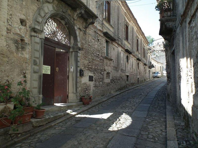 Confortevole B&B a Gerace, (vedi borghi belli d'Italia). Camere a Casa Ferrari, holiday rental in Gioiosa Ionica