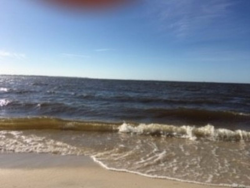 One minute walk to the beach.10 minutes walk  into downtow. 5 miles from I-10., holiday rental in Ocean Springs