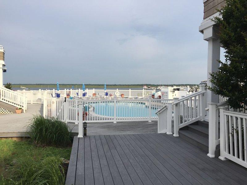 Bayfront! Large Pool! Amazing Sunsets! Boatslip!, casa vacanza a Marmora