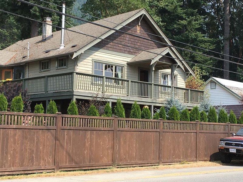 Lakeview 3bdr top floor suite in sunny Youbou, location de vacances à Lake Cowichan