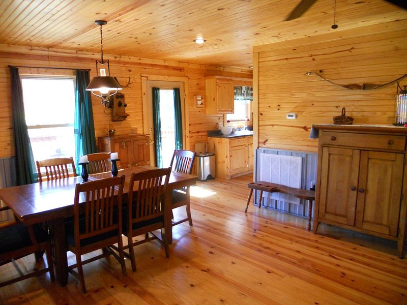 Woodland secluded cabin on 7 acres, with private dock and kayaks, holiday rental in Clarkson