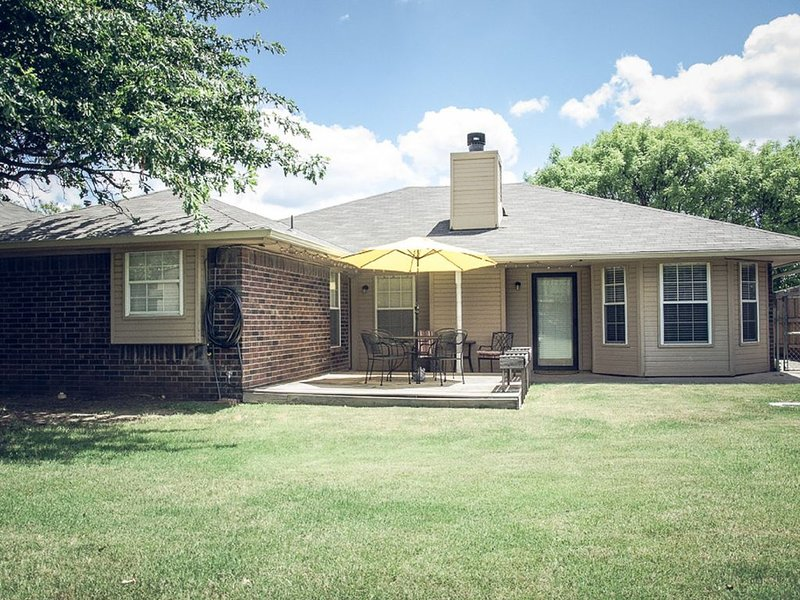 Wonderful 3 Bed/2 Bath home.  Great location West Side!  4 mi. to OU., vacation rental in Norman