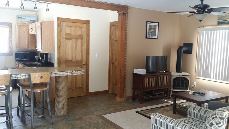 Cozy comfortable cottage. Nestled on lake shore drive. Walking distance to beach, alquiler vacacional en West Olive